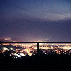 Anche se ciò che ci è più prossimo appaga il nostro senso di bellezza, non fermiamoci ad una visione miope del mondo. La Notte in questo ci assiste, alziamo lo sguardo verso l'orizzonte e scopriamo altra bellezza...  Panorami notturni dal Bosco Sensoriale ❤️